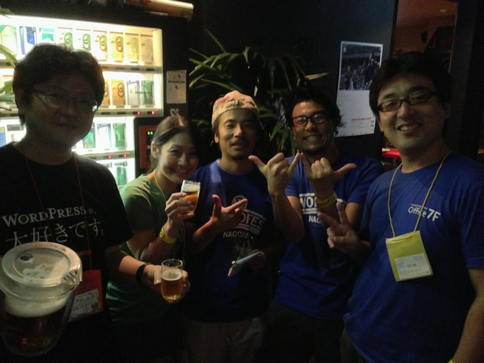 左から WordPressの教科書2でもおなじみ、プライム・ストラテジーの中村けん牛社長 WordPress.comを管理・運営するAUTOMATTIC社の直子さん BizVektorというイケてるテーマを開発したイケメイン ベクトルの伊藤さん WordPress日本語カレンダーの管理をしているコワーキングスペース7Fの星野さん
